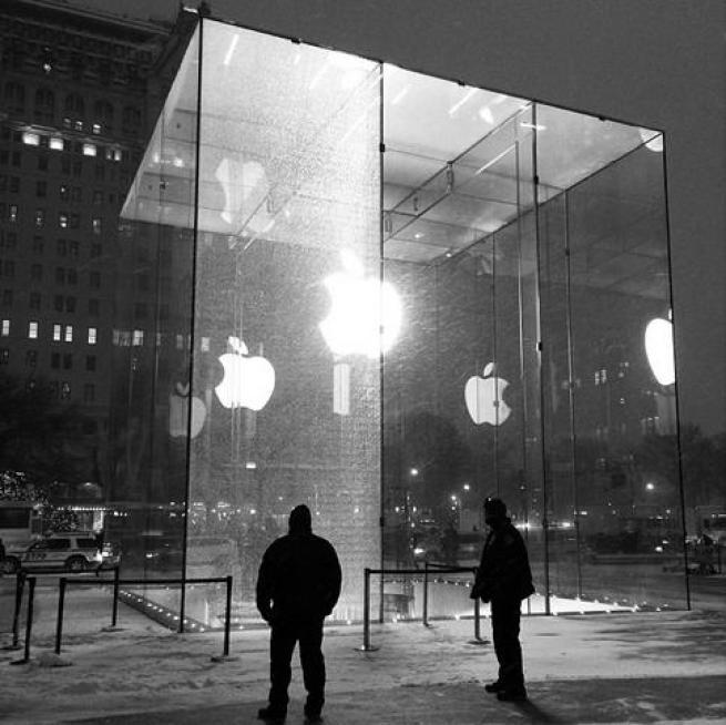 vetrina appl store in frantumi